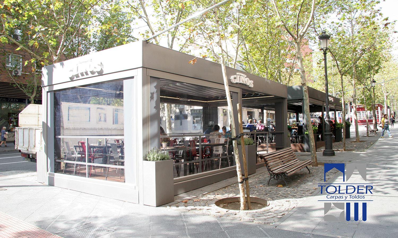 Pérgola restaurante VIPS y GINOS Rivera de Curidores, Rastro de Madrid, detalle exterior.