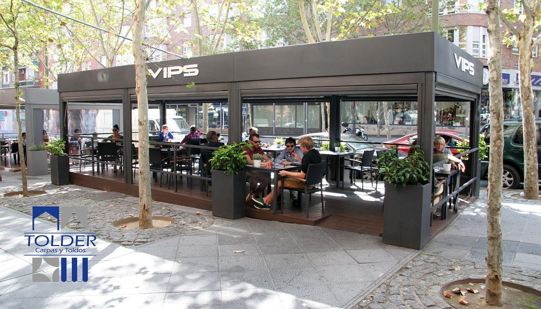 Pérgola restaurante VIPS Rivera de Curidores, Rastro de Madrid, detalle exterior.